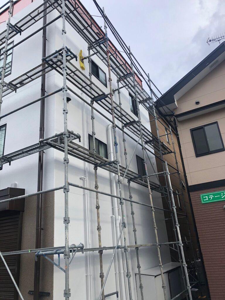 伊豆の国市・三島市・沼津市・静岡県東部エリアや東京・神奈川でリフォームをお考えなら、遥万美ホームへおまかせください。外壁塗装とシャッター設置の施工事例です。